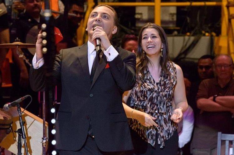Cristian Castro y Carol Victoria Urban el día que le propuso matrimonio.