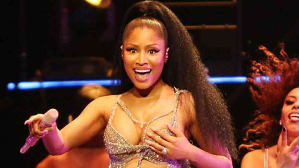 """A Nicki Minaj le encanta andar con las """"lolas"""" al aire"""