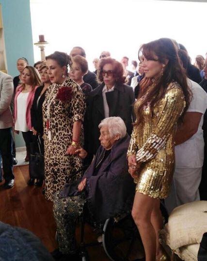 Thalía y Laura Zapata junto a doña Eva