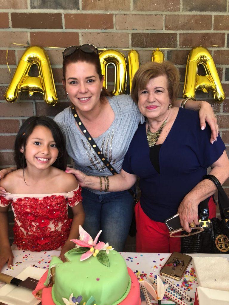Dinorah junto a su mamá y su abuela Mila.