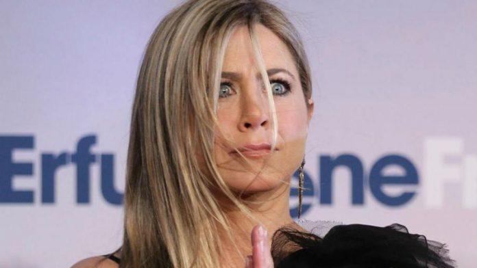 Jennifer Aniston posó sin sostén y sin camisa (+FOTO)
