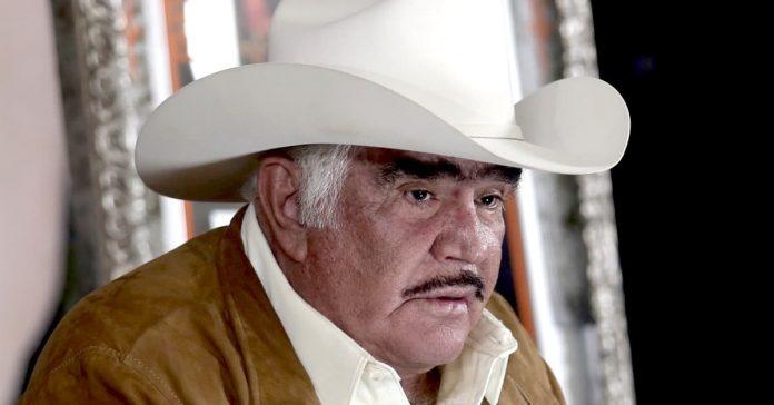 Vicente Fernández ahora es Don Regalón y obsequió un caballo