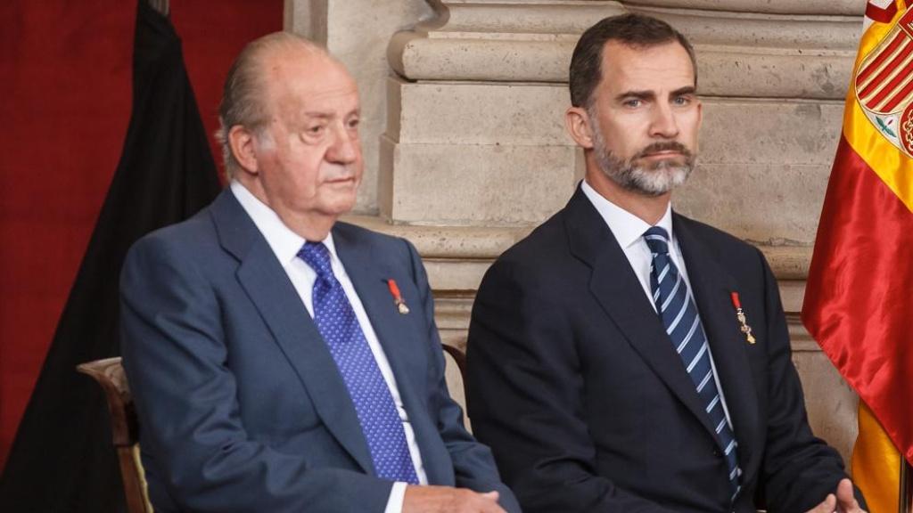 Juan Carlos I y su hijo, el rey Felipe VI de España - Cortesía